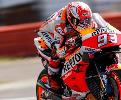Marc Márquez pilotando muy rápido se acopla a la moto