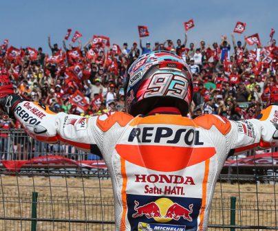 Marc Márquez saluda a sus fans en Aragón junto al vallado