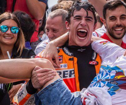 Marc Márquez celebra el podio  en el GP Malasia 2019 con su hermano