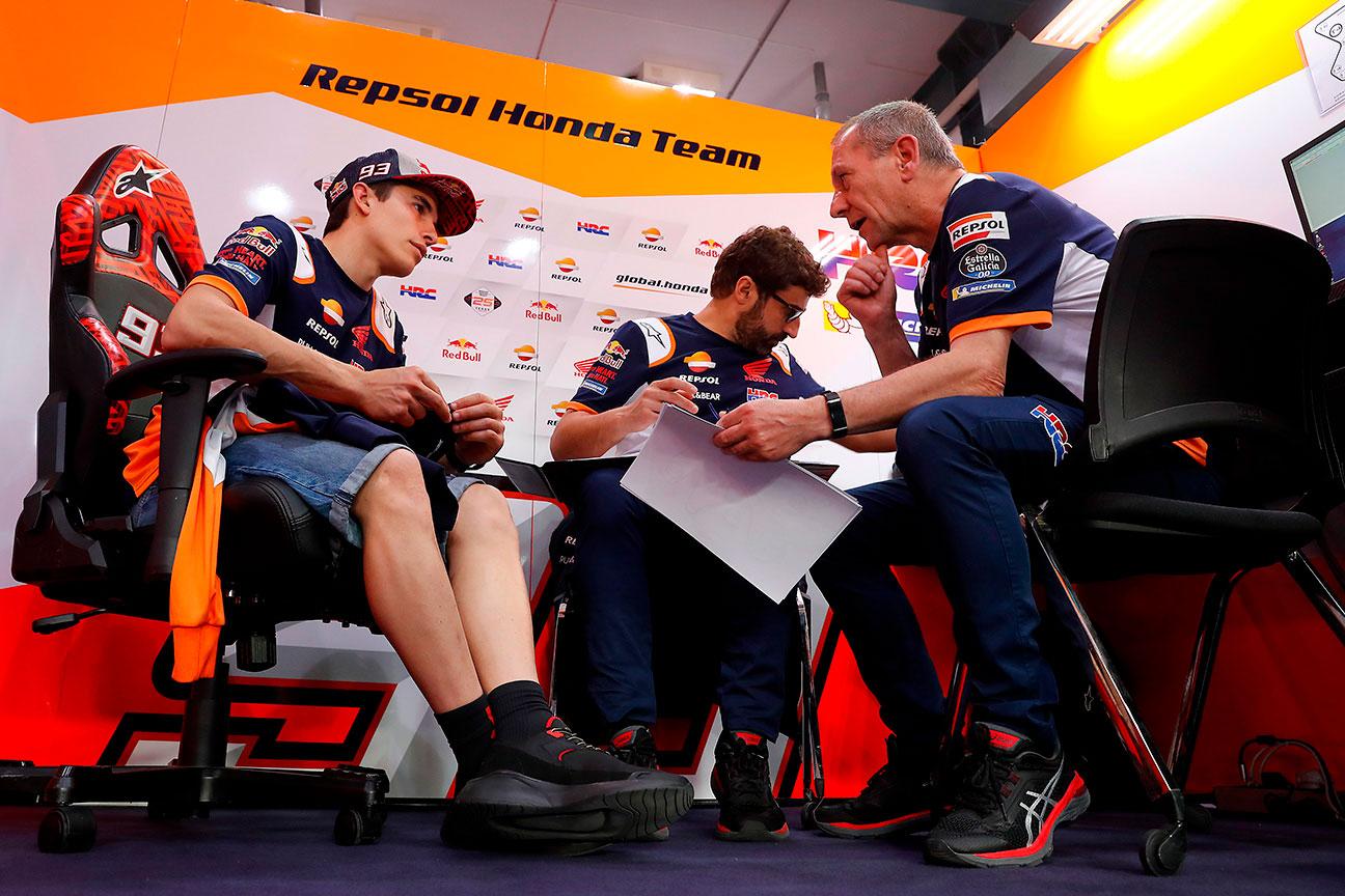 Marc márquez en el box con técnicos
