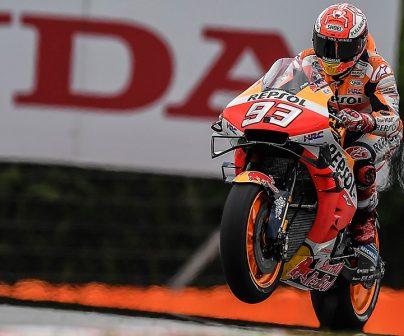 La moto de Marc levnta la rueda delantera al acelerar a tope