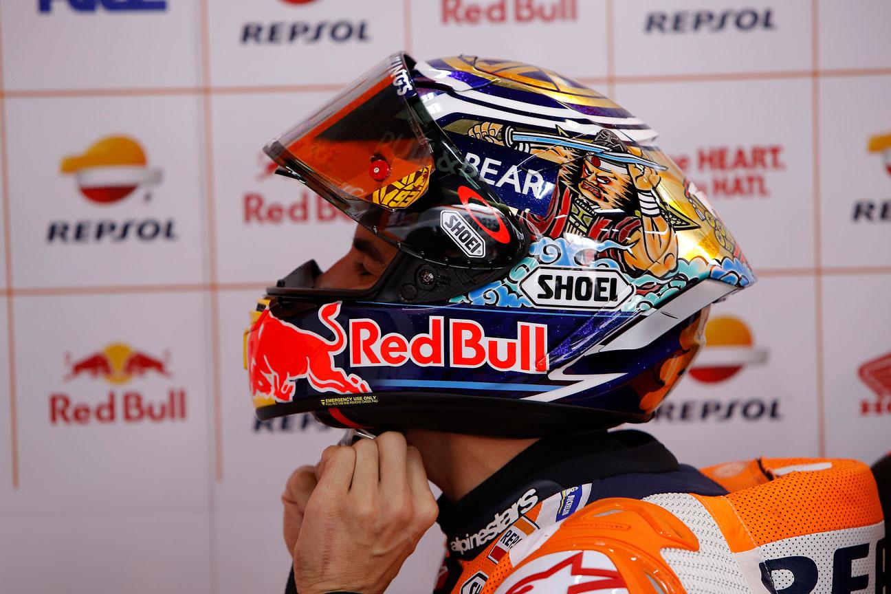 Marc Márquez poniendose el casco en el GP de Japón
