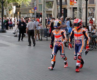 Marc y Dani paseando por barcelona con la cara tapada