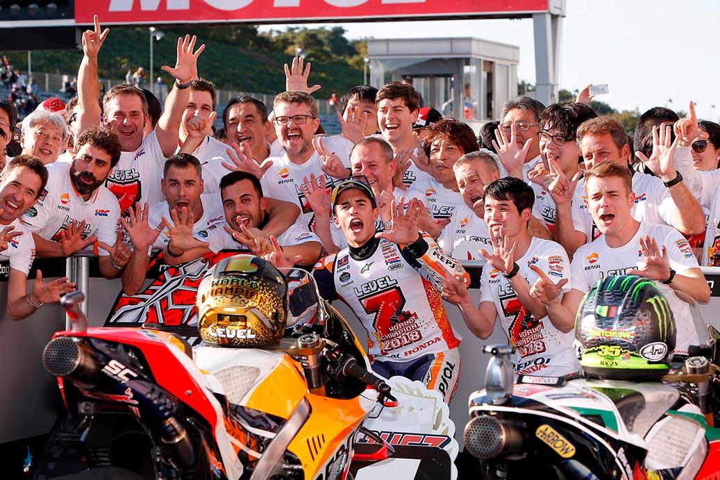Marc Márquez celebra con su equipo