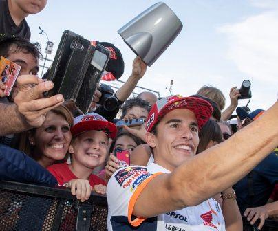 Marc Márquez se hace un selfie con los fans