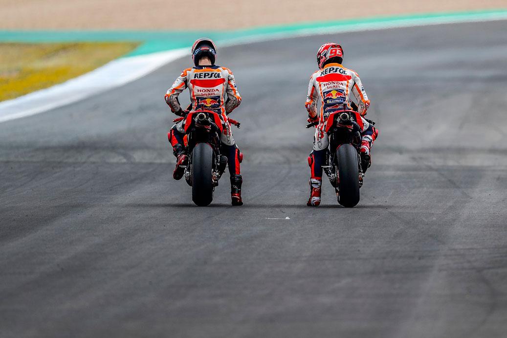 Marc Márquez y Jorge Lorenzo parados sobre sus motos