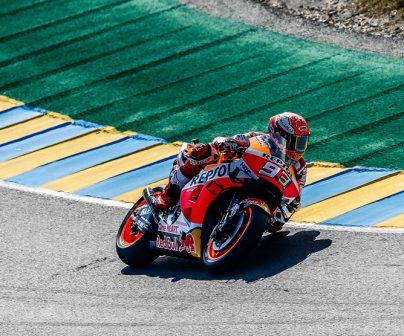 Marc Márquez tomando una curva en sector revirado