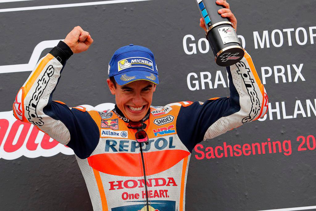 Márquez celebra su triunfo en el podio de Sachsenring