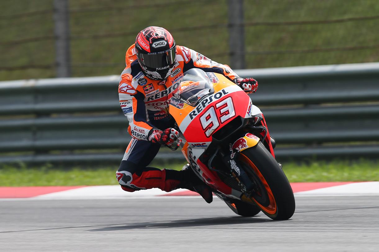 Marc Márquez a punto de entrar en la primera curva de Sepang