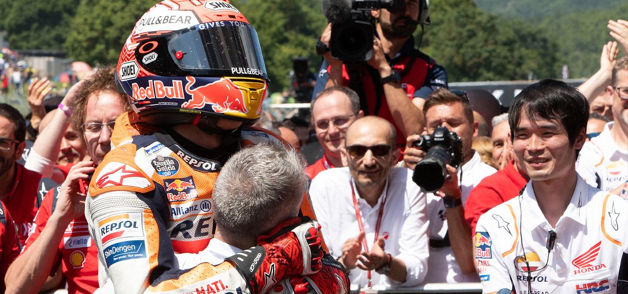 Marc Márquez acaricia la victoria y amplía su liderato
