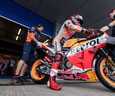 Marc Márquez sacando la moto ayudado por sus mecánicos
