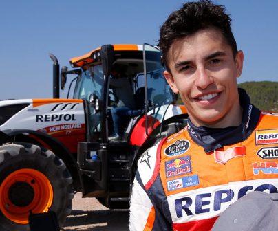 Marc Márquez posa frente a tractor