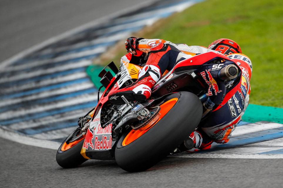 Marc Márquez inclina la moto durante el test de Jerez