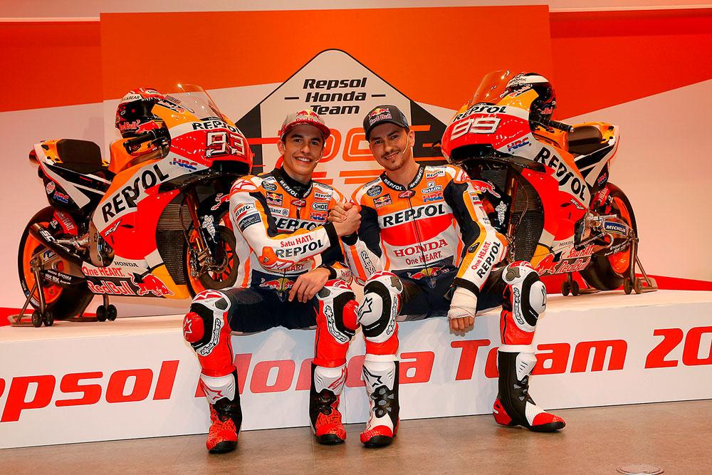 Marc y Jorge dándose la mano con las motos detrás