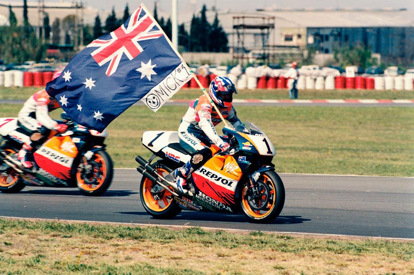 Mick Doohan rodando con la bandera de Australia en 500cc