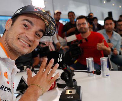 Dani poedrsa saludando en una rueda de prensa