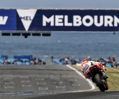 Marc Márquez rodando cerca del mar en Australia