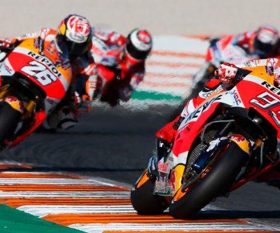 Dani Pedrosa y Marc Márquez liderando grupo en carrera