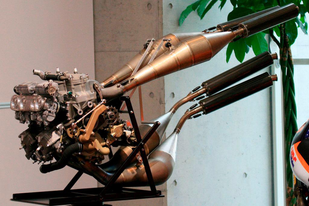 Motor NSR500 con escapes