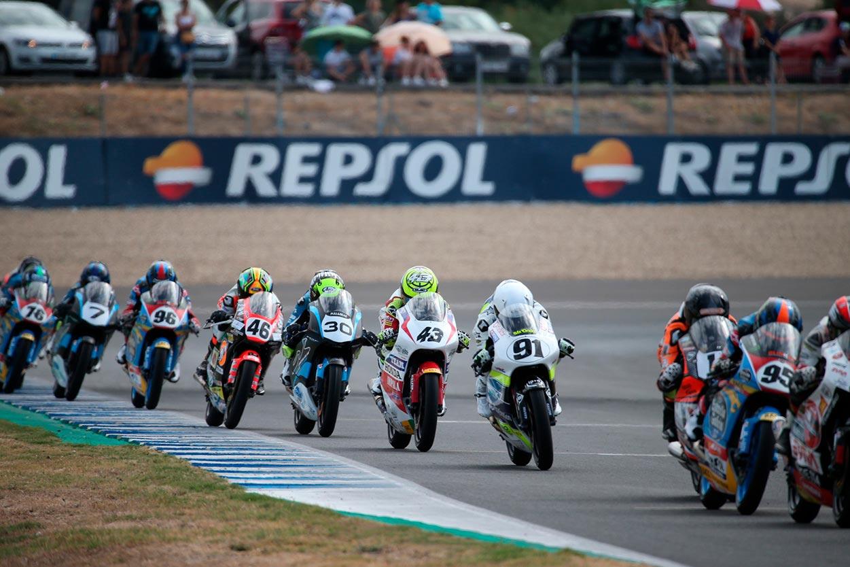 Grupo de pilotos rodando en carrera en el FIM CEV Repsol