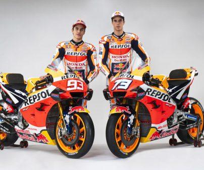 Marc y Álex Márquez posando con las motos