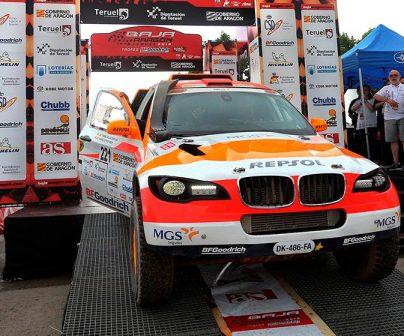 Isidre Esteve en su coche de rally en Baja Aragón