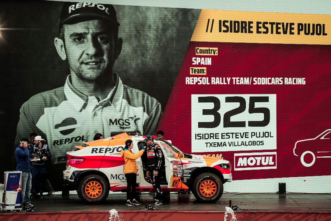 Display grande con Isidre Esteve y su coche de competición