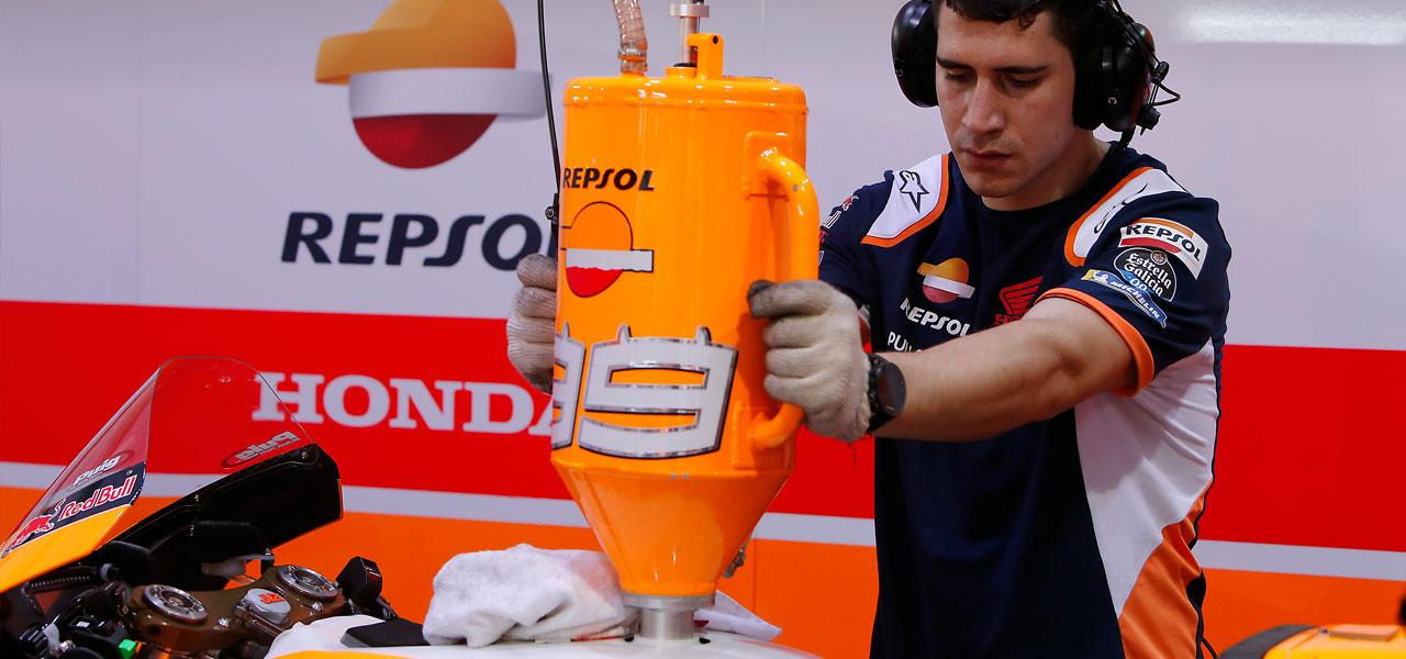 ¿Sabías que para MotoGP desarrollamos hasta 50 carburantes y solo nos quedamos 1?
