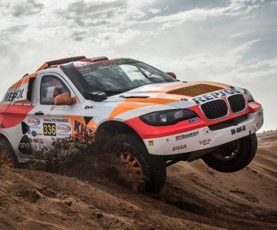 Coche Dakar Repsol saltando duna
