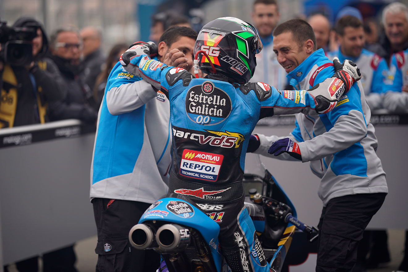Sergio Garcíad e espaldas sobre la moto parado