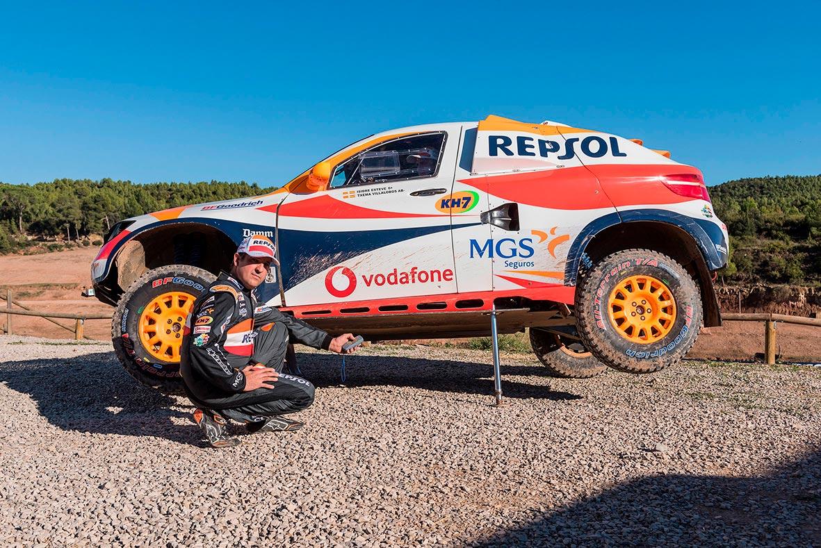 Txema Villalobos con el coche del Repsol Rally Team