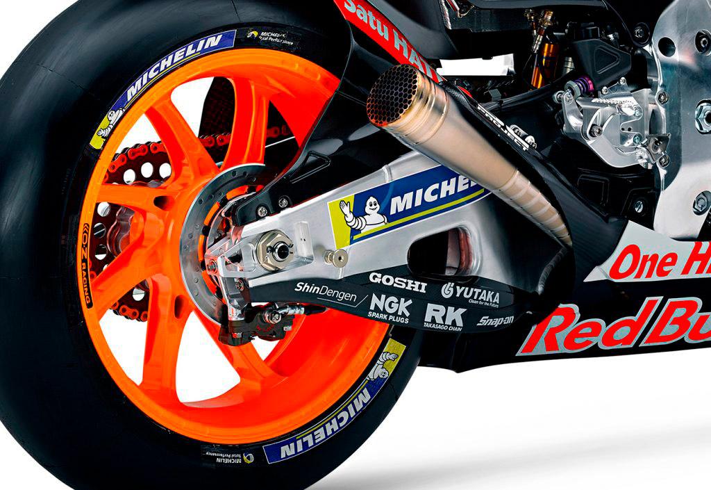 Rueda trasera, basculante y escape de moto Repsol Honda