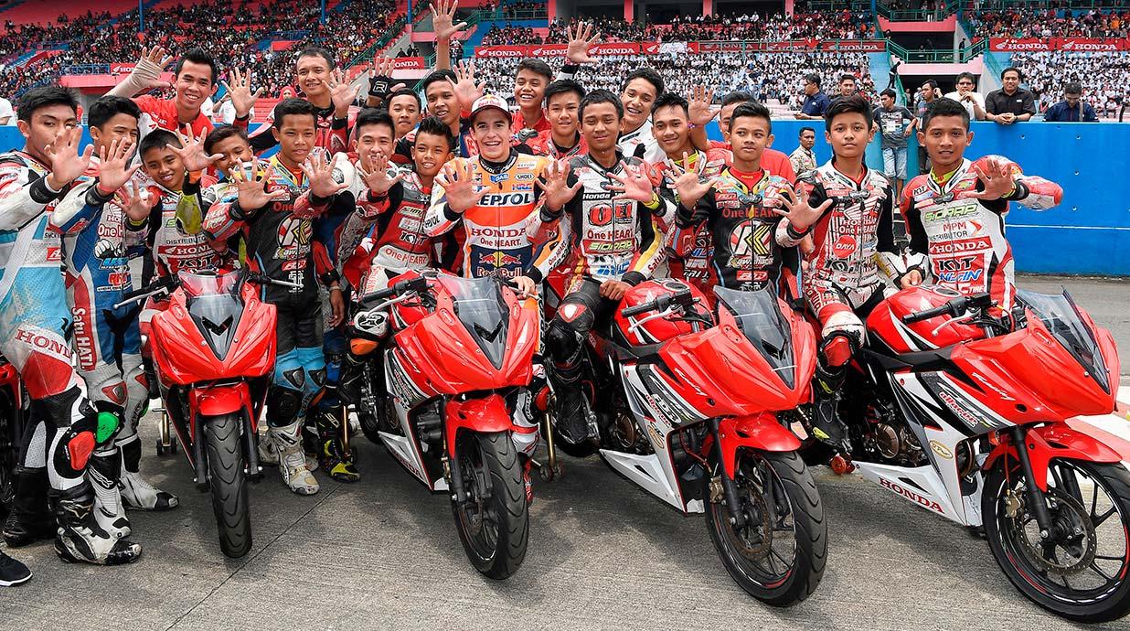 Marc Máruqez celebra su quinto Mundial junto con jóvenes pilotos indonesios