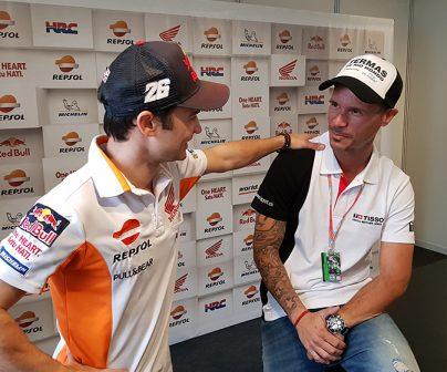 Sebas Porto y Dani Pedrosa en actitud amistosa