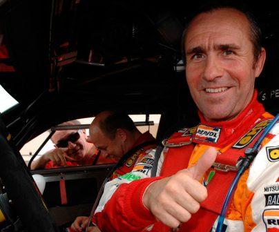 Stephane Peterhansel levantando pulgar en coche
