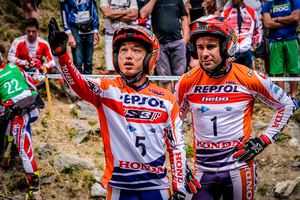 Fujinami junto a Toni Bou repasando un obstáculo durante una carrera