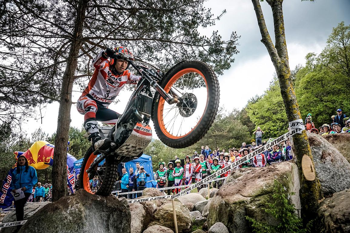 Takahisa subiendo un obstáculo en Trial outdoor