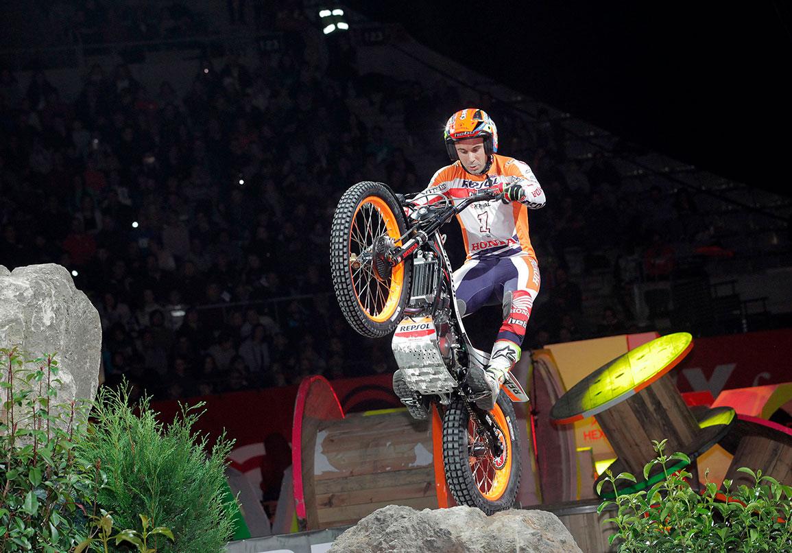 Toni Bou saltando desde obstáculo