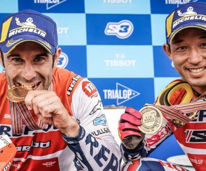 Toni Bou y Takahisa  Fujinami en el podio durante el TrialGP de España 2019