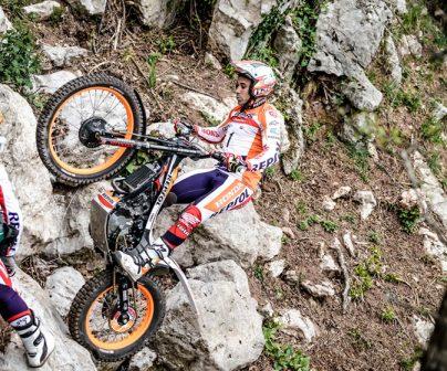 Toni Bou subiendo rocas en prueba outdoor