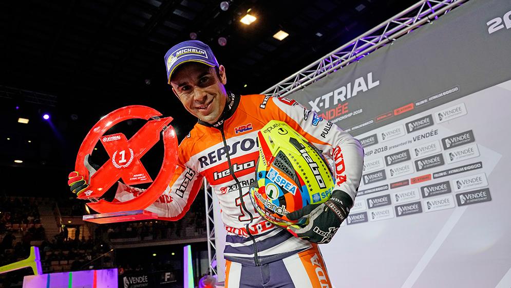 Toni bou con trofeo en podio indoor
