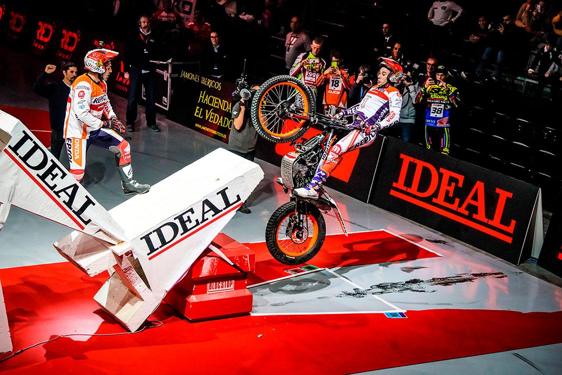 Toni Bou saltando con la moto de trial