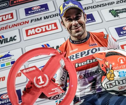 Toni Bou exhibits a trophy at the X-Trial 2020 Reunion isle podium