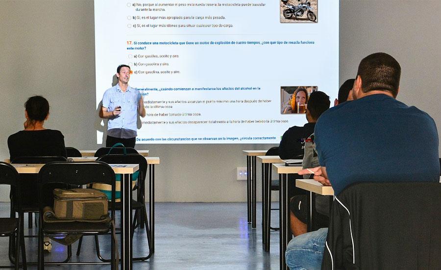 Un profesor dando clase en una academia de conducción