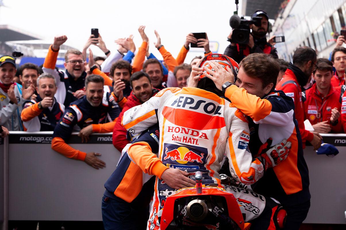 Marc Márquez abrazado a su equipo