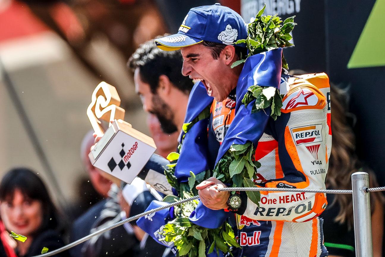 Marc Márquez en el podio con corona