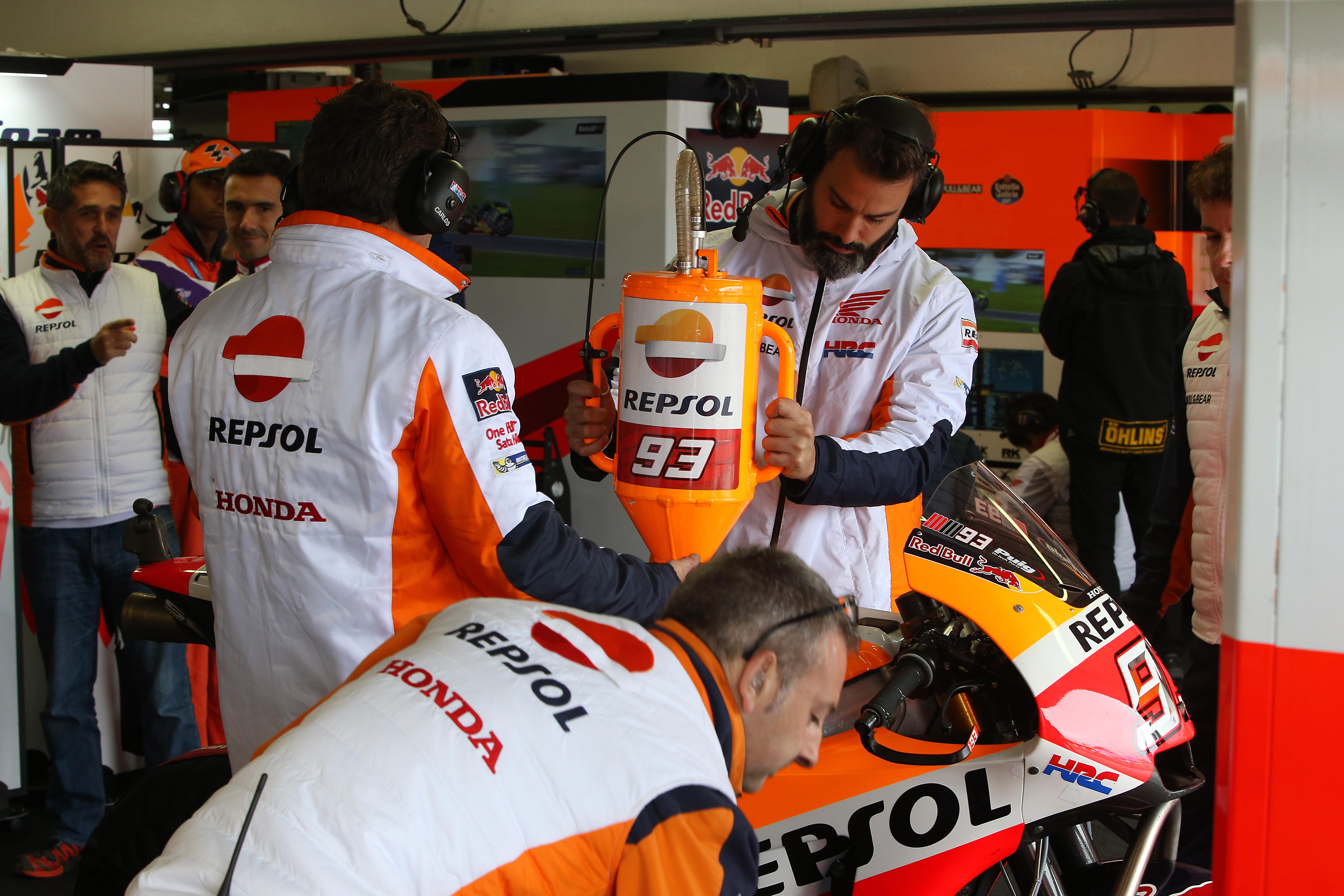 En busca del mayor rendimiento. Mecánicos de Marc Márquez repostando la moto.