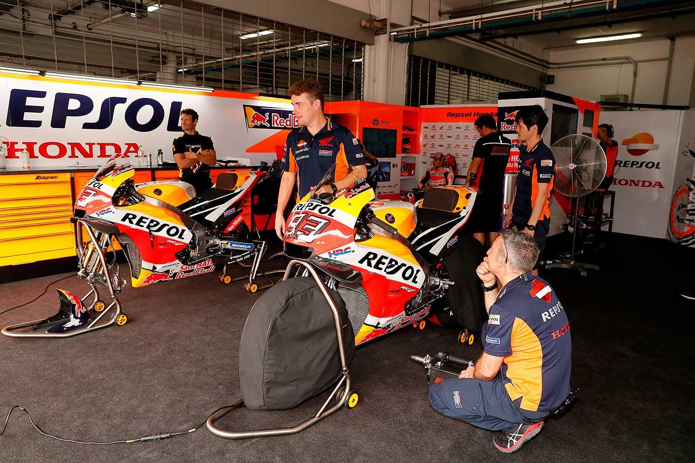 Técnicos Repsol Honda en el box con las motos