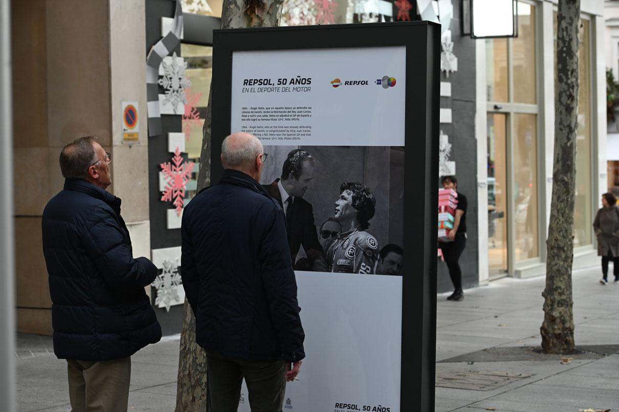 Viandantes observan una foto de la exposición