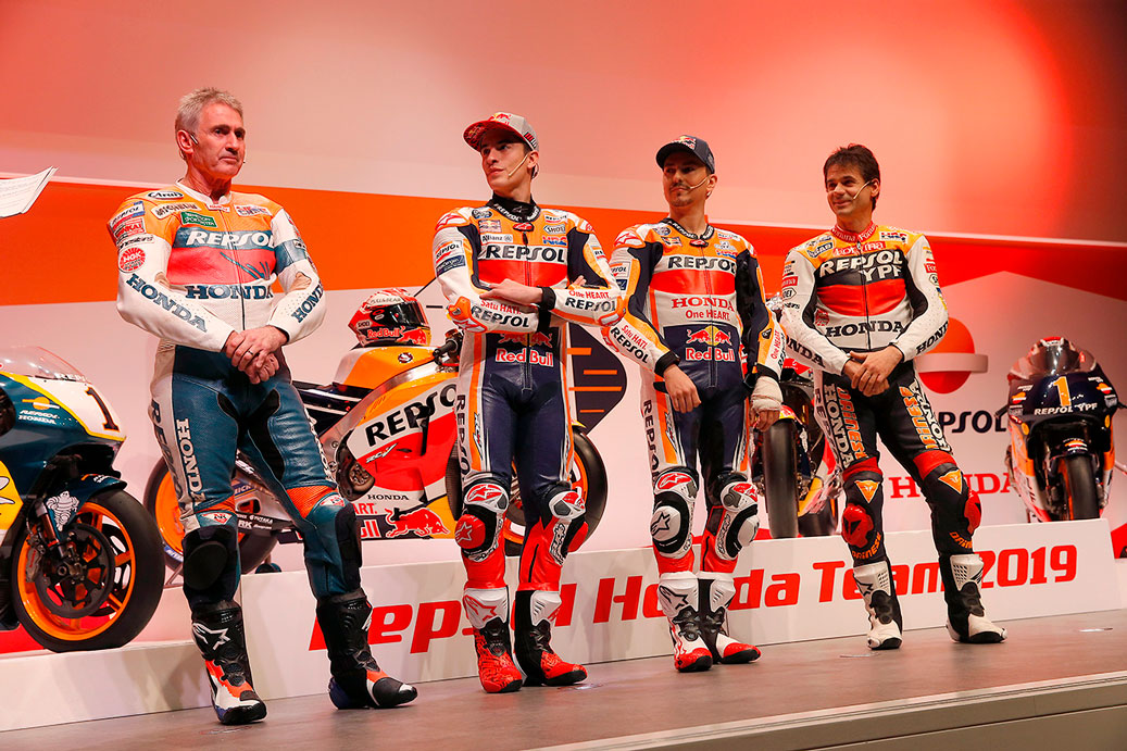 Mick Doohan, Marc Marquez, Jorge Lorenzo y Álex Crivillé en atuendo de piloto